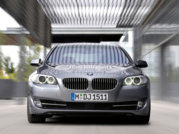 2011 BMW 5 Series Front View 588x441