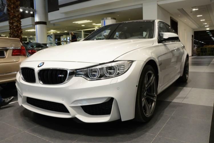 2014 BMW M3 F80 Weiss Abu Dhabi Showroom 04 750x500