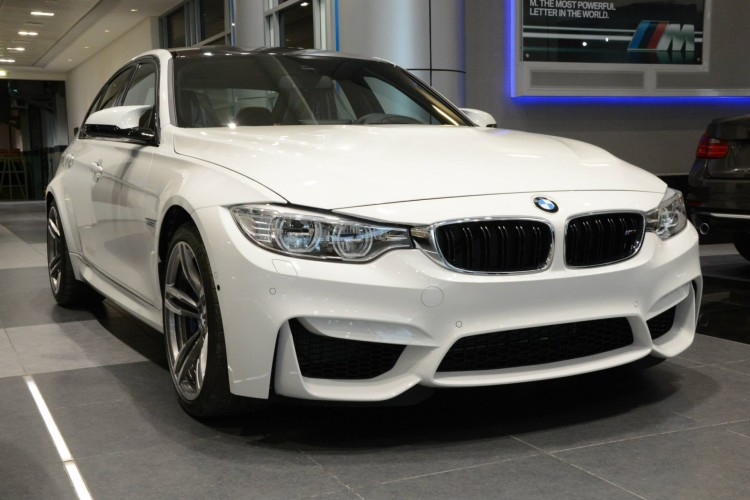 2014 BMW M3 F80 Weiss Abu Dhabi Showroom 07 750x500