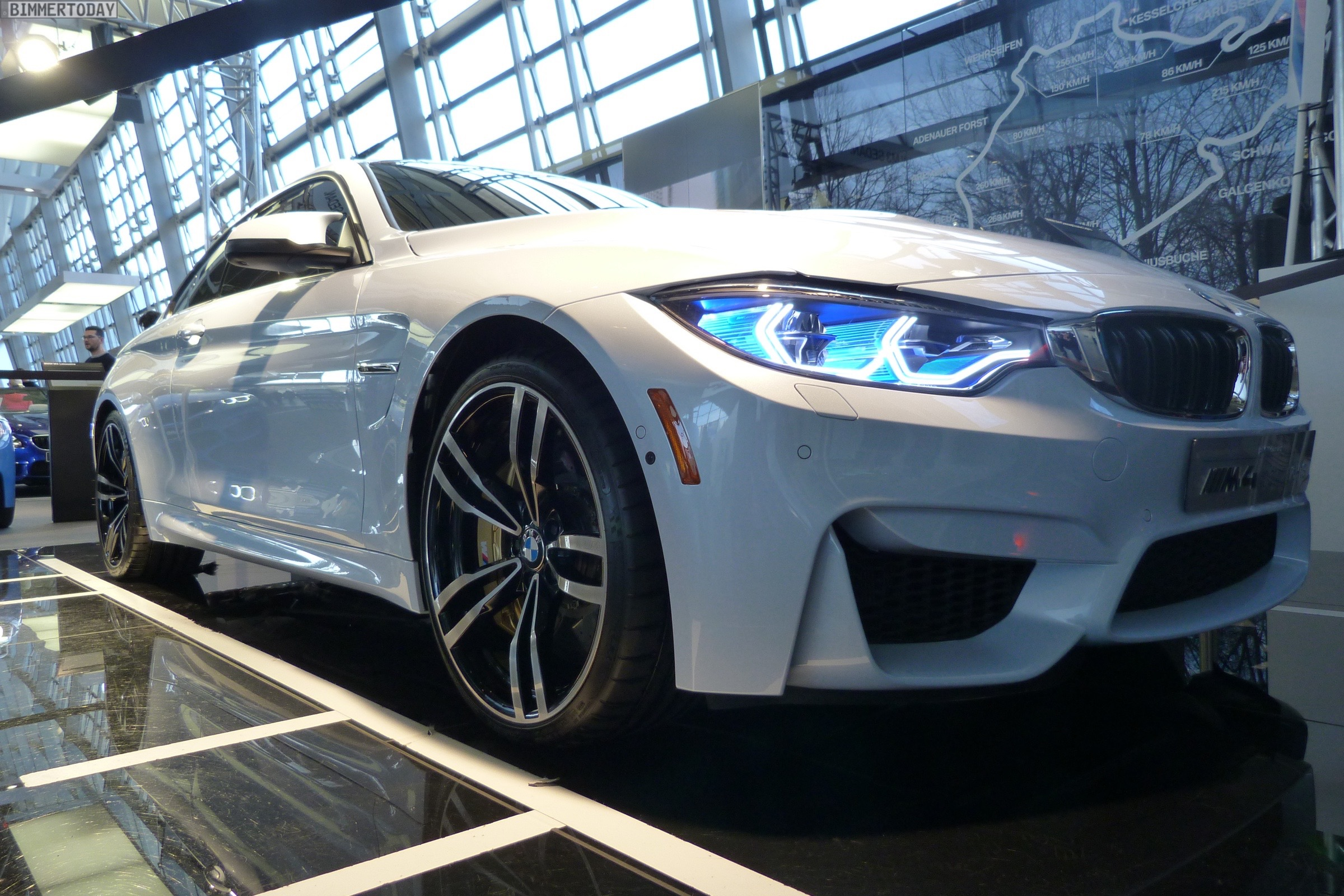 BMW M4 Iconic Lights Laser OLED Coupe F82 Welt 2015 09