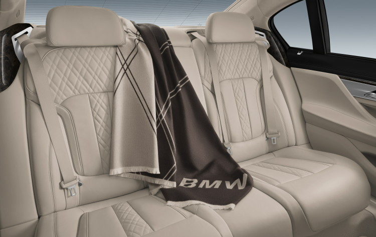 2016-bmw-7-series-travel-blanket-images-01