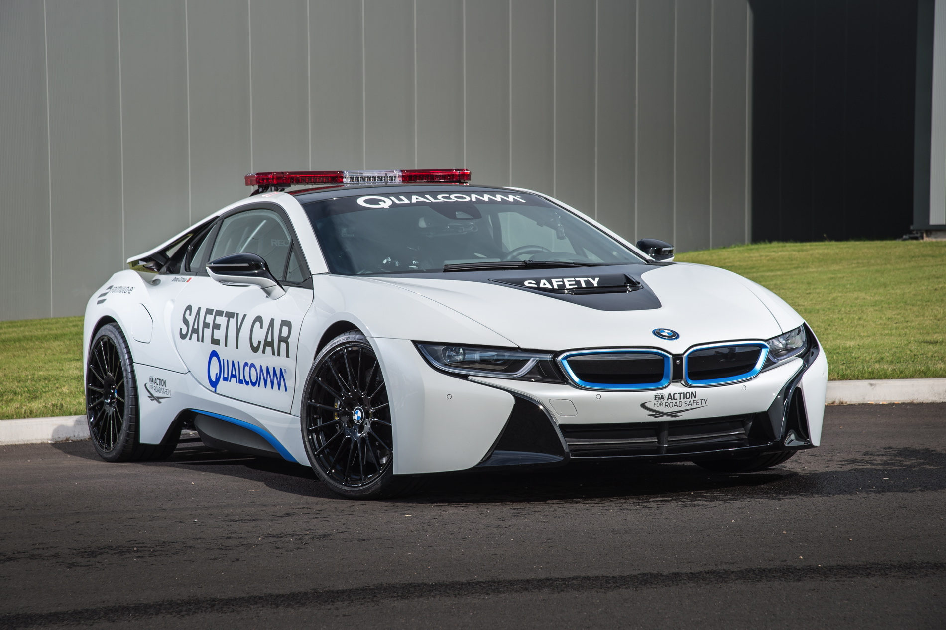 Qualcomm Wirelessly Charges Bmw I8 Safety Car
