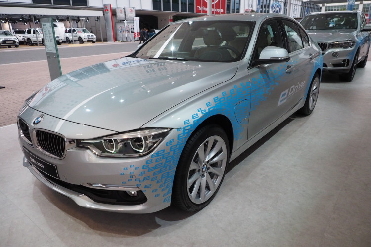 BMW 330e images 1900x1200 07 750x500