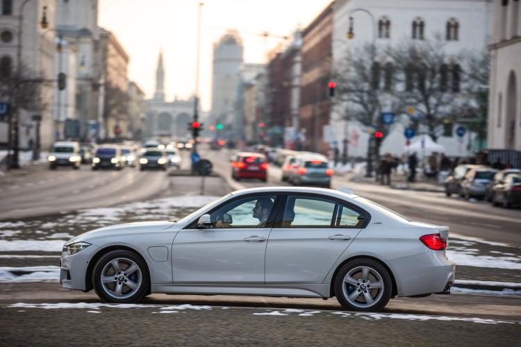 2016-BMW-330e-images-20