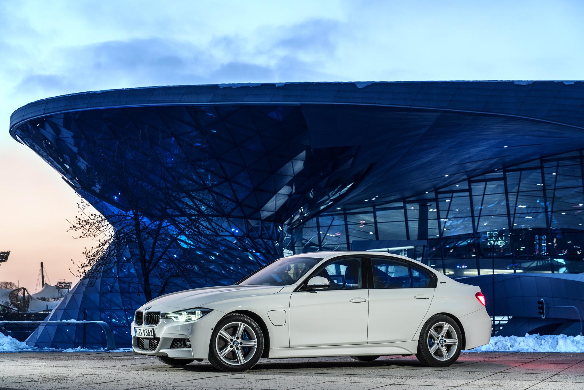 2016 BMW 330e images 40