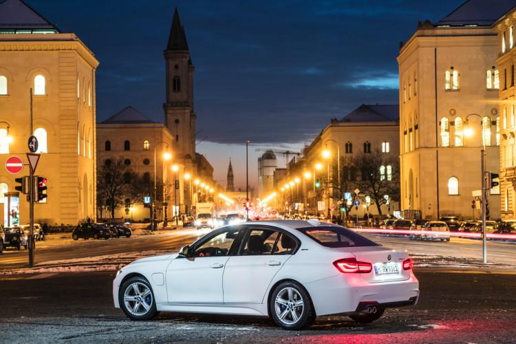 2016-BMW-330e-images-43