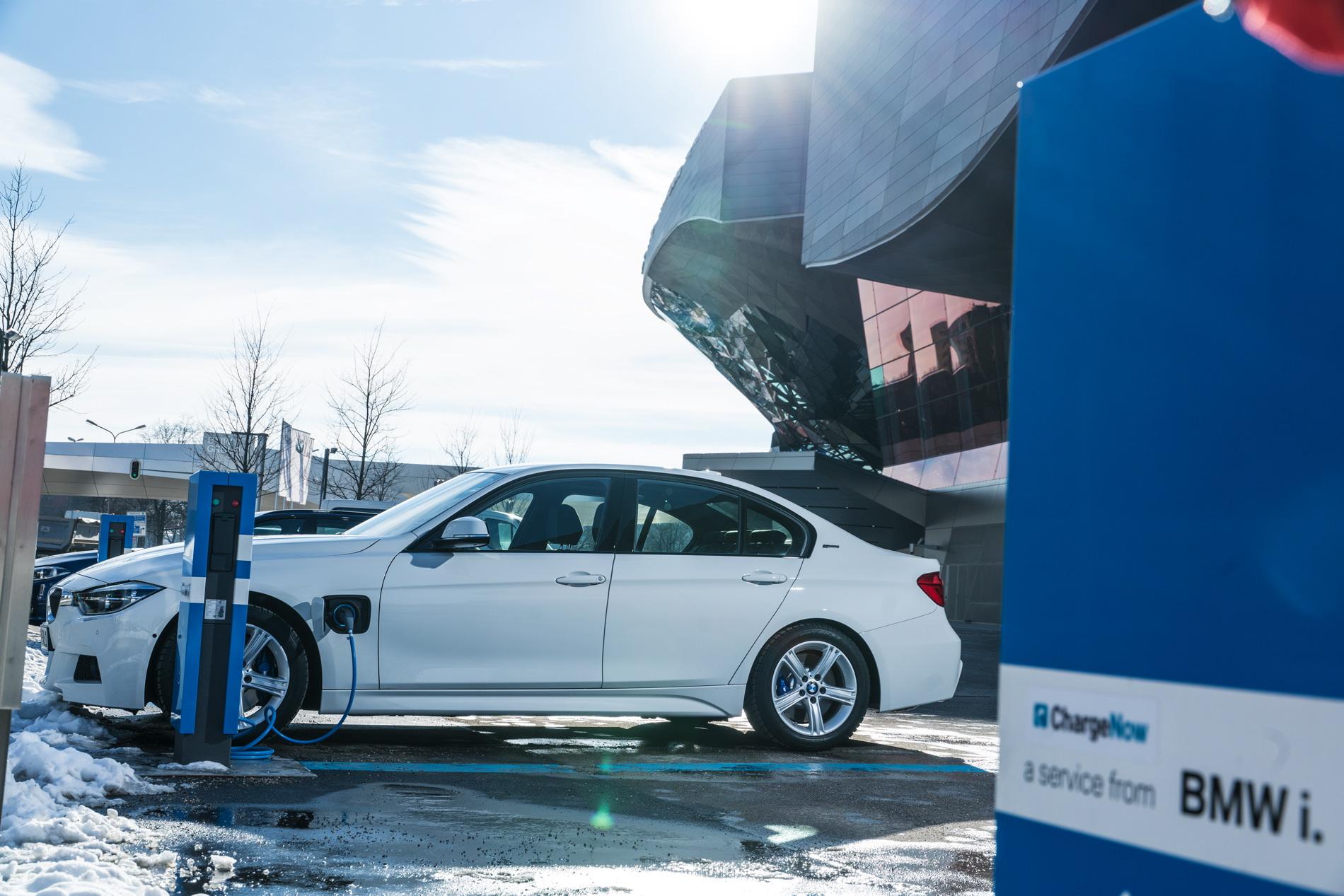 2016 BMW 330e images 80