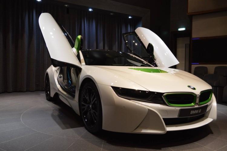 BMW-i8-Weiss-Java-Gruen-Abu-Dhabi-01