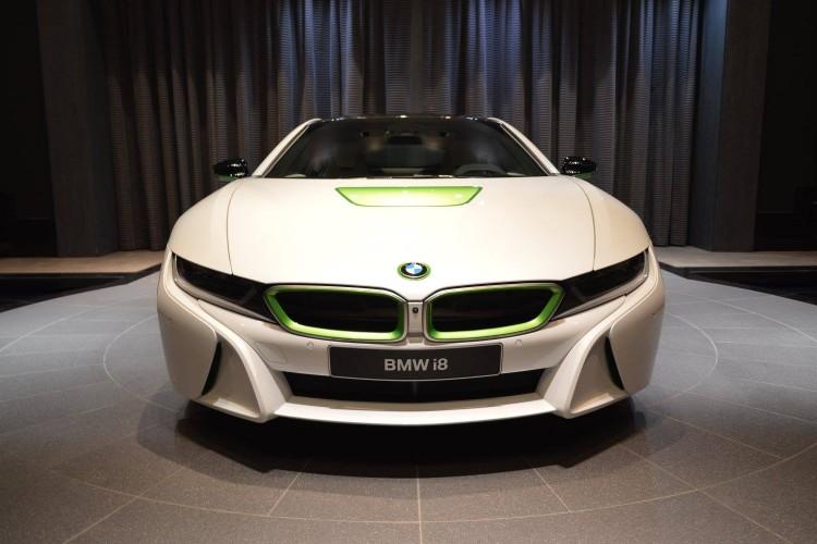 BMW i8 Weiss Java Gruen Abu Dhabi 03 750x500