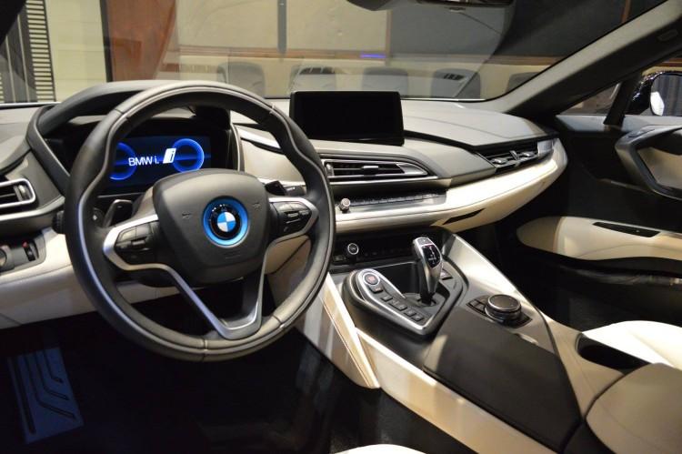 BMW i8 Weiss Java Gruen Abu Dhabi 19 750x499