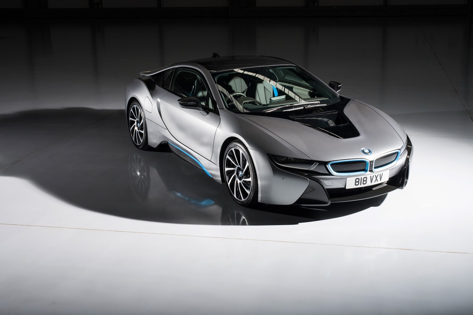 Video Bmw I8 Drag Races Edna The Electric Van From Hell