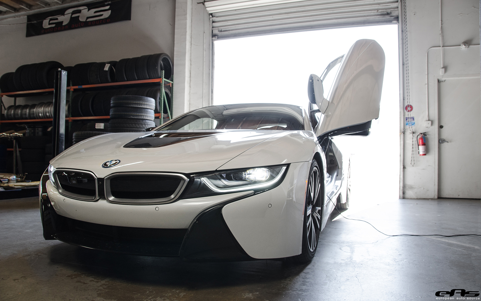 Crystal White Pearl Metallic With A Frozen Grey Accent BMW i8 Image 1
