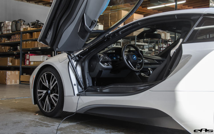 Crystal White Pearl Metallic With A Frozen Grey Accent BMW i8 Image 2 750x469