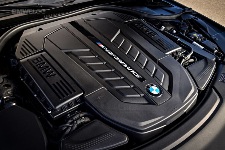 BMW M760Li xDrive race track 55 750x500