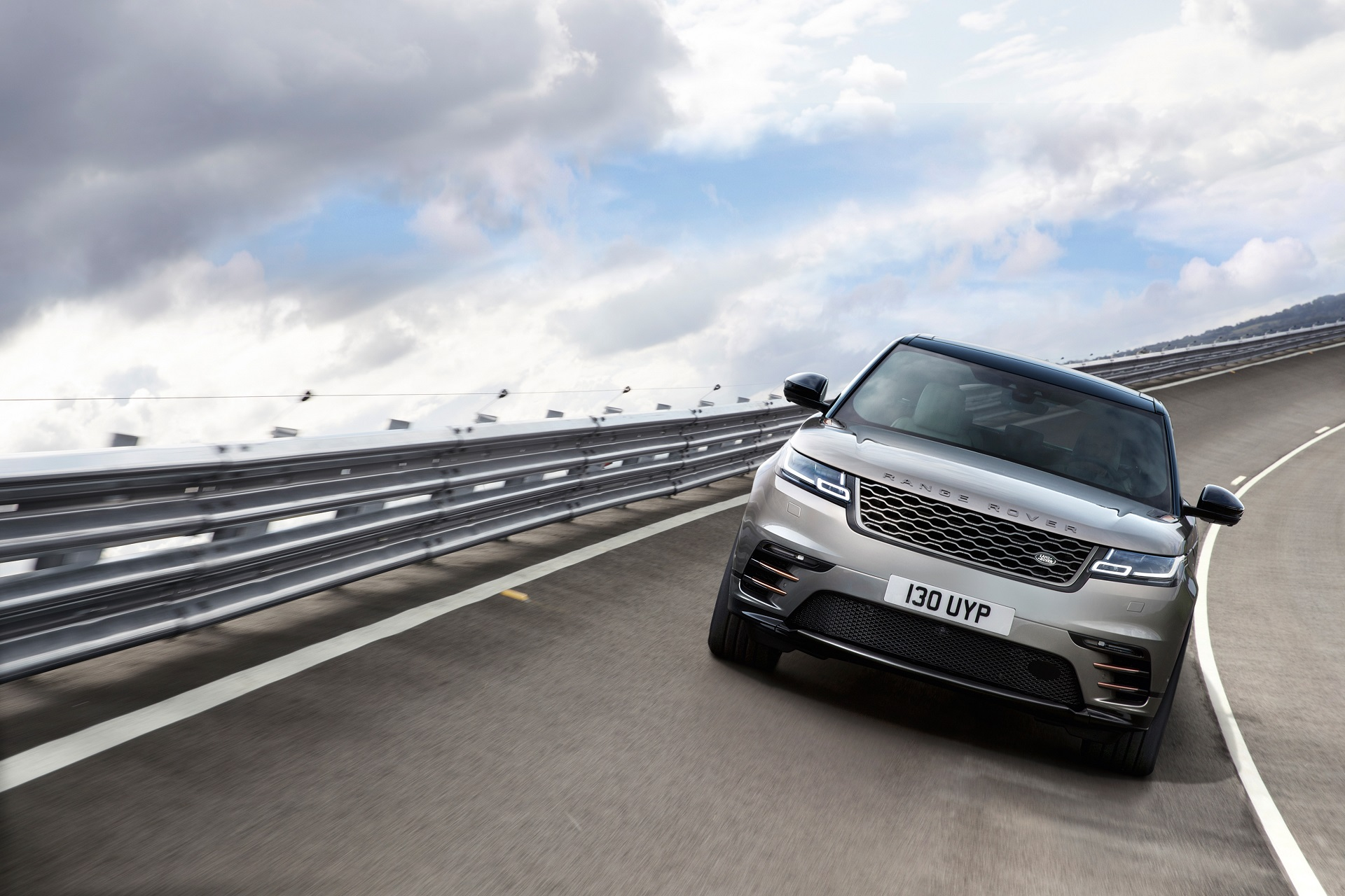 rrvelar18my457glhdprlocationdynamic010317