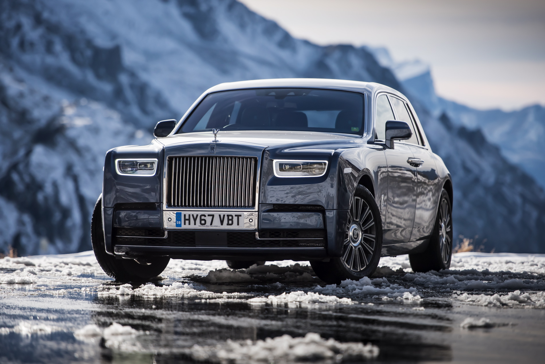 Beautiful photo gallery of the new rolls royce phantom viii for Rolls royce auto