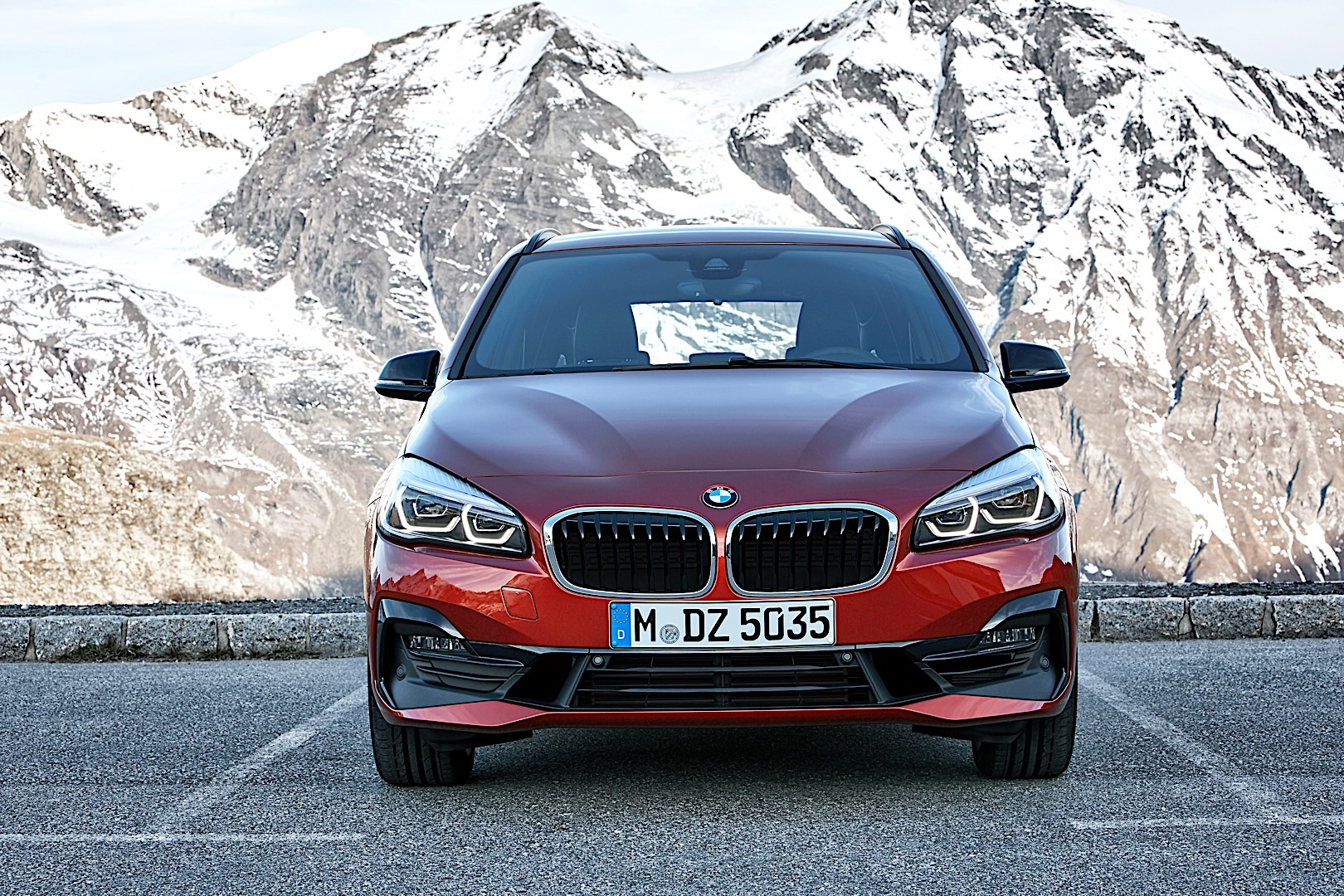 video bmw 2 series active tourer stars in official launch. Black Bedroom Furniture Sets. Home Design Ideas