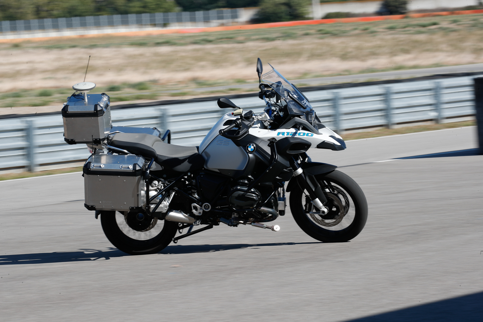 Watch BMW's self-riding motorcycle in action