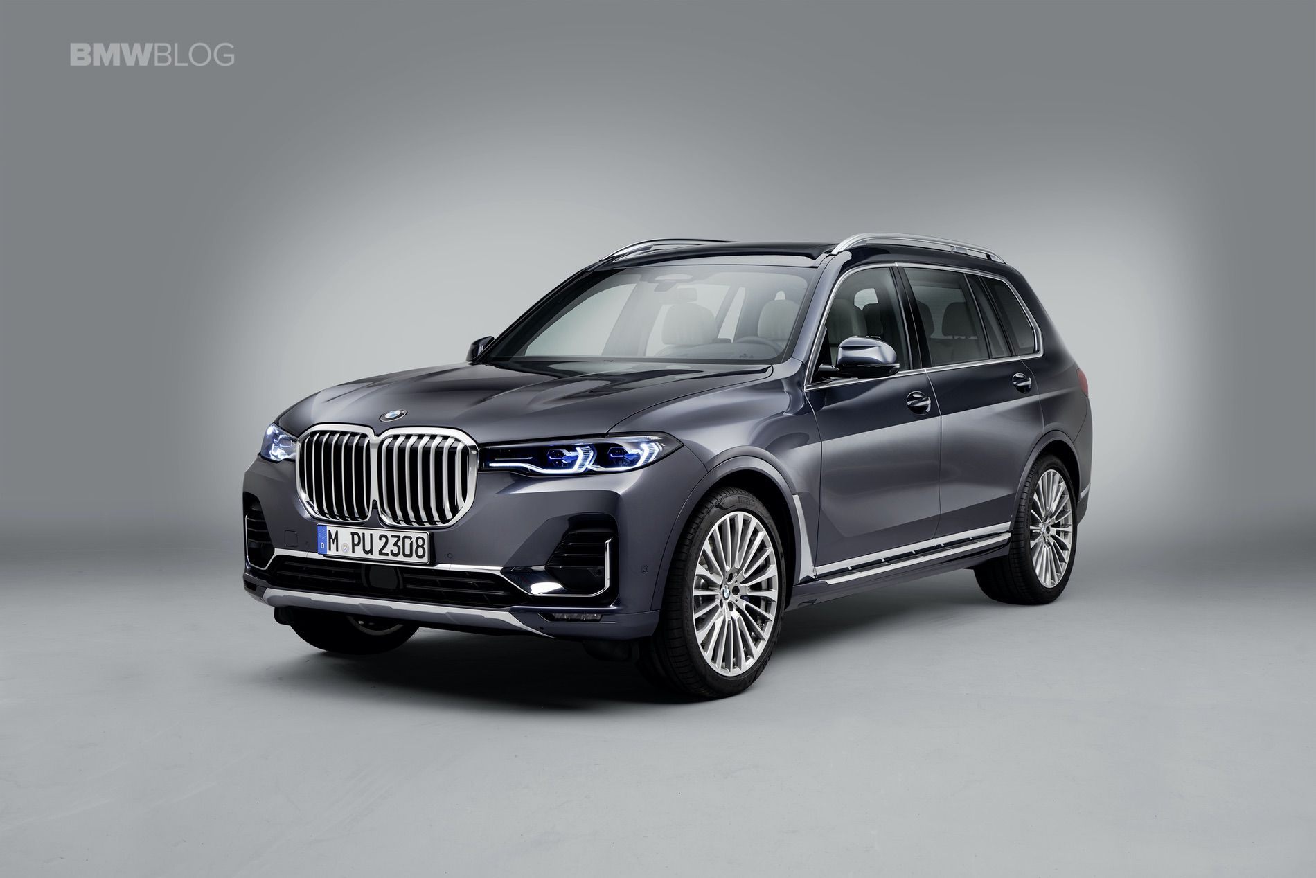 BMW X7 photos studio 02