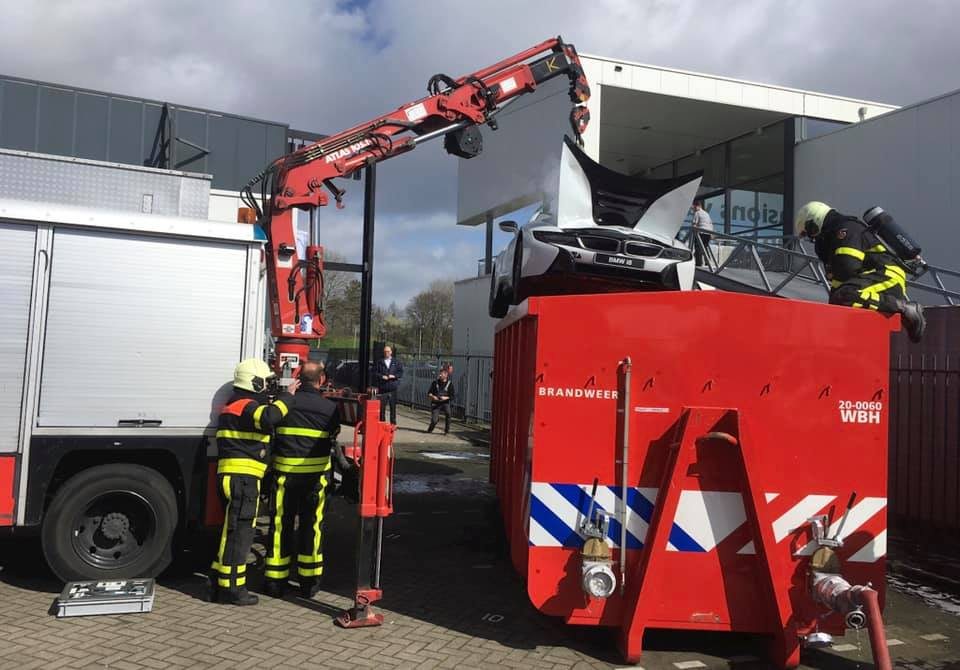 bmw i8 catches fire in the netherlands firefighters drop it in water container 133267 1