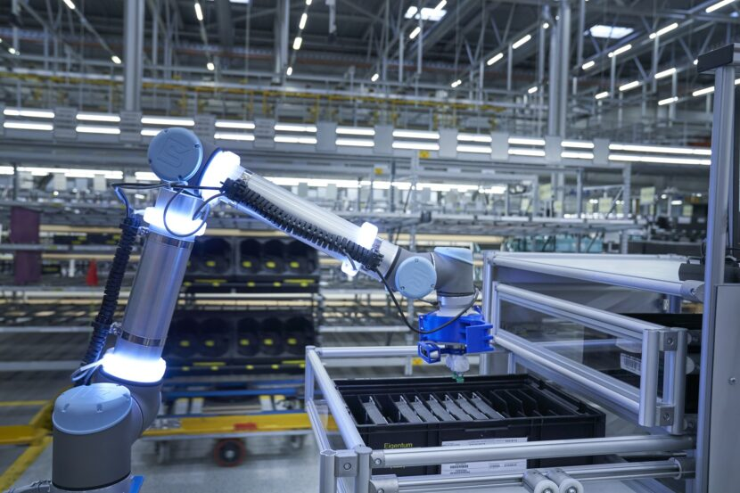 P90331203 highRes logistics robot pick 830x553