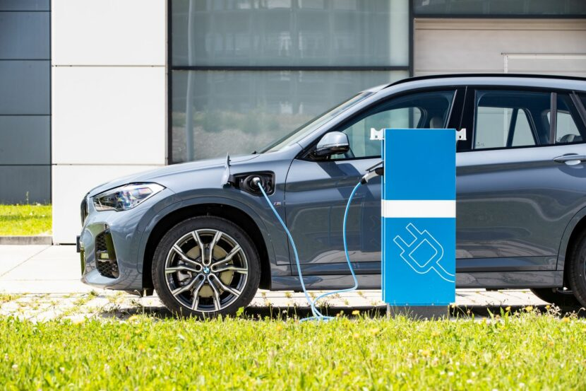 2020 BMW X1 xDrive25e 32 830x553