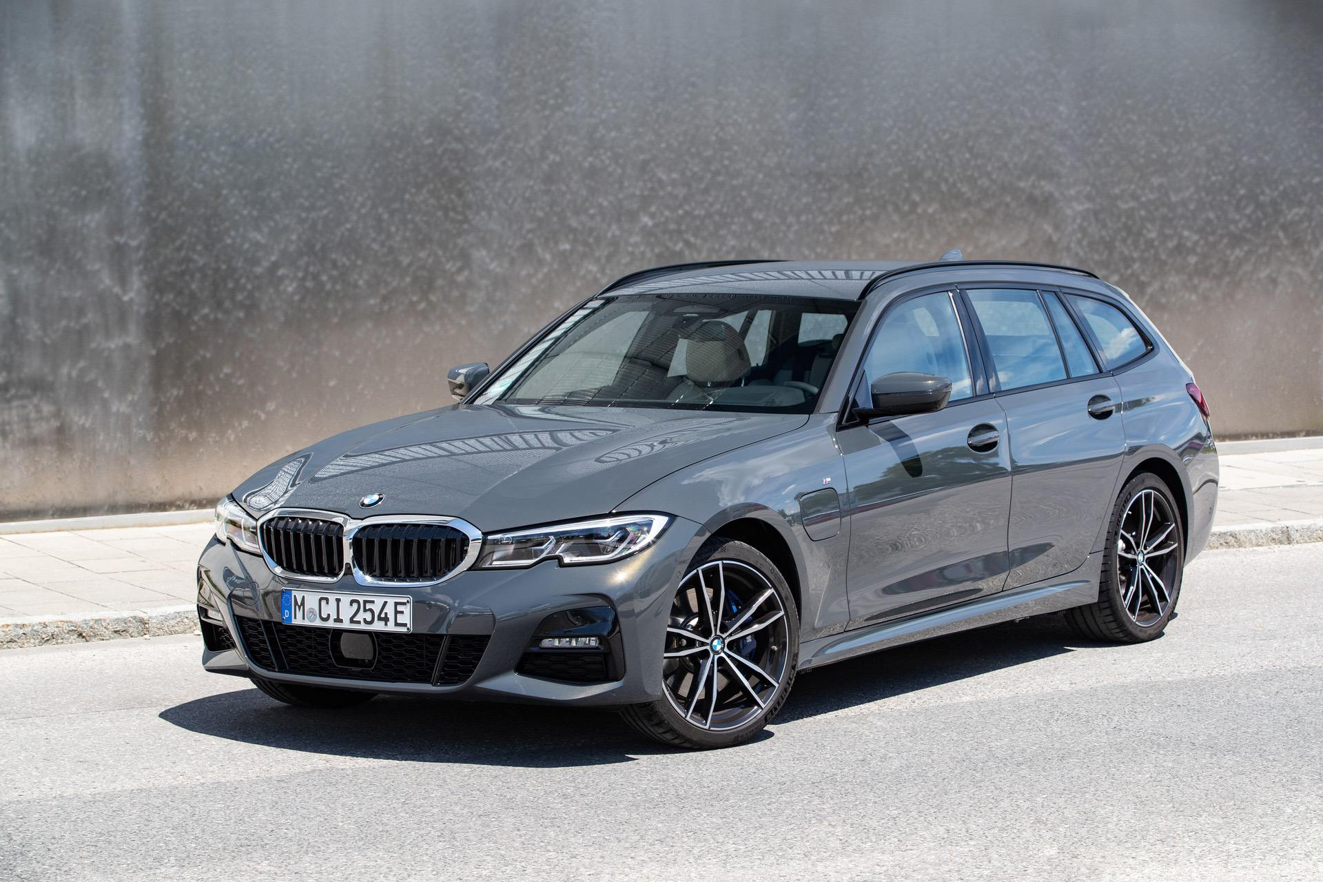 BMW запускает подключаемые гибриды 320e и 520e мощностью 204 л.с.