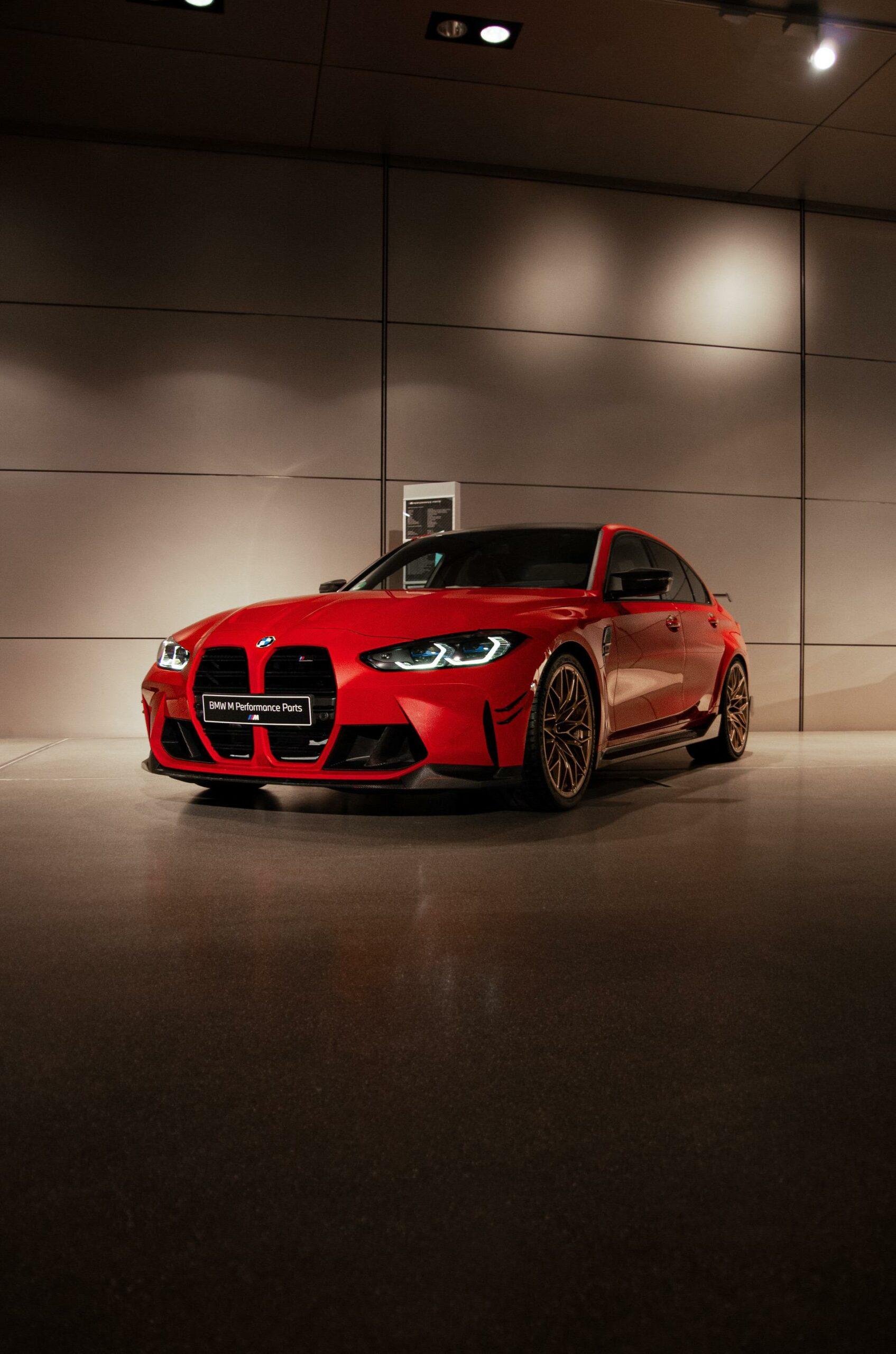 BMW M4 2021 года в цвете Toronto Red оснащен новейшими деталями M Performance