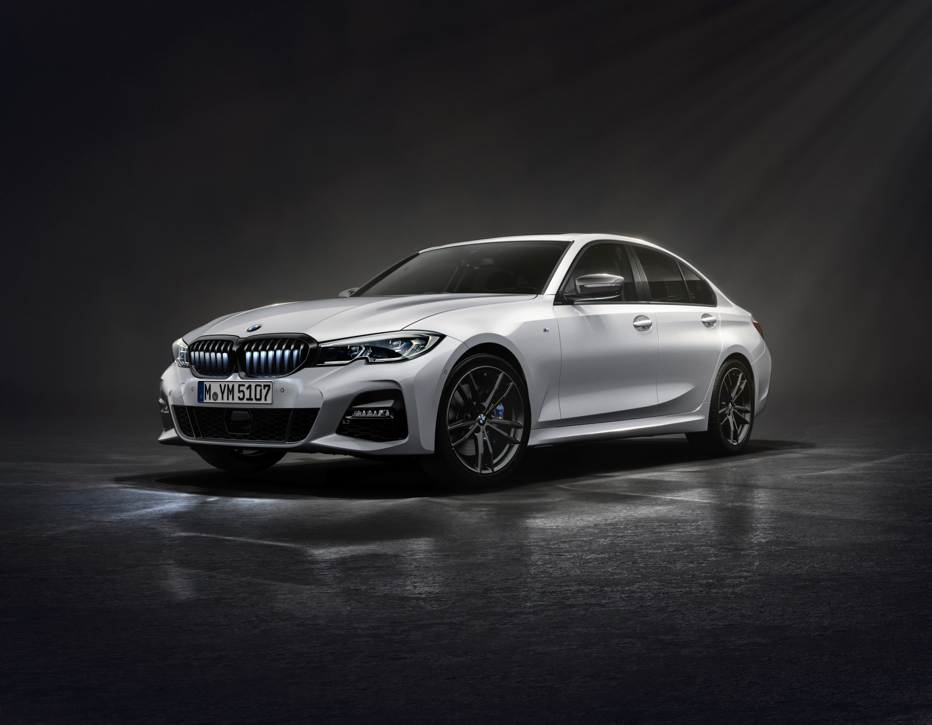The New BMW 330i Iconic Edition in Mineral White metallic 1