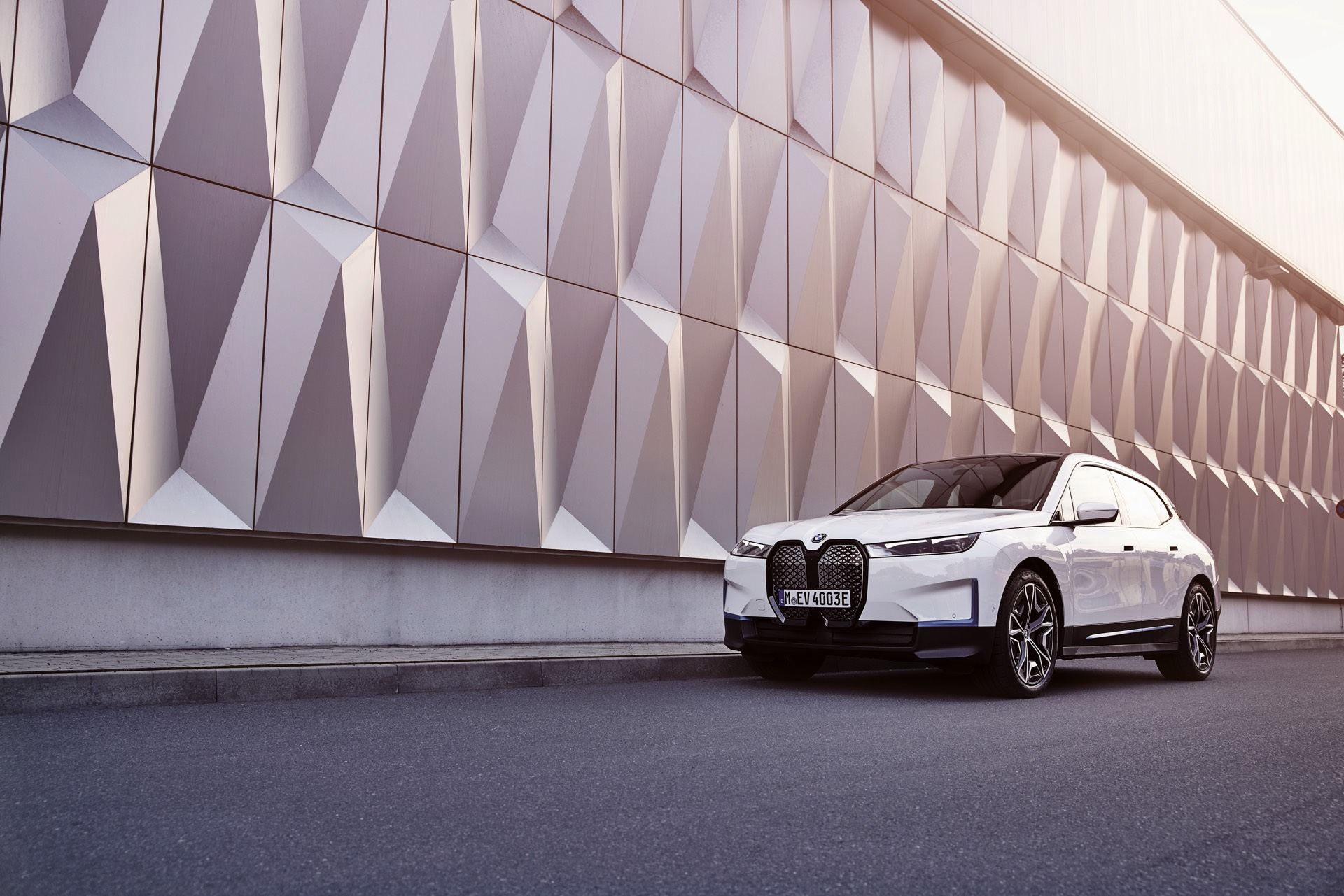 BMW iX – What Are Some Of Its Coolest Features – Video