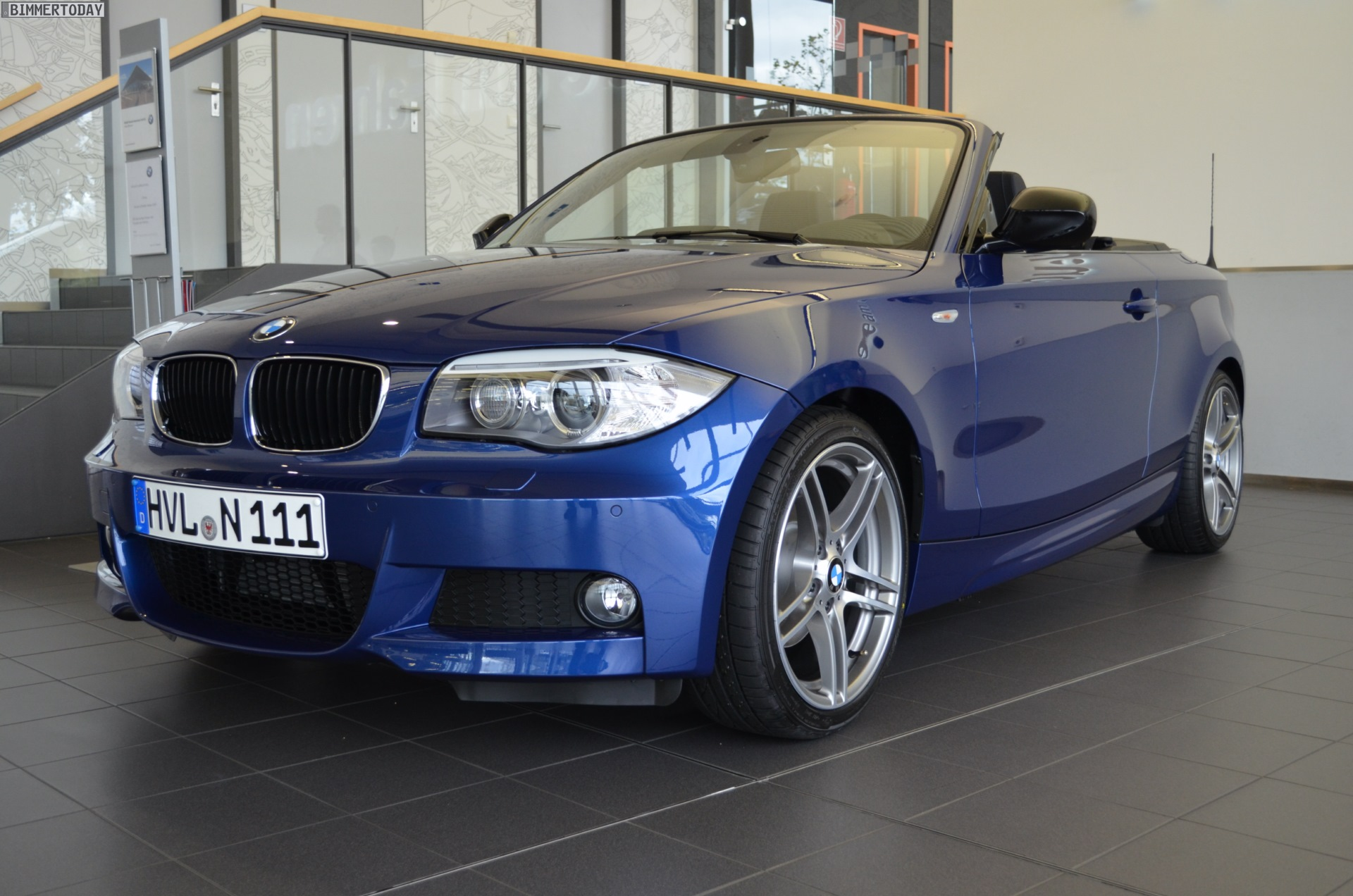 last bmw 1 series convertible in le mans blue rolls off. Black Bedroom Furniture Sets. Home Design Ideas